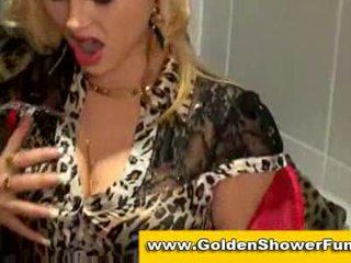 蹲便器 和 金色的 showers