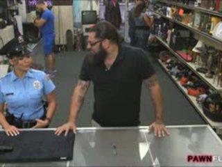 Грудаста безпеку офіцер nailed по pawnkeeper в the закулісся