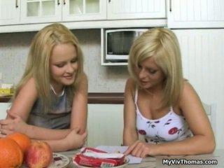 Kåta astonishing blondin lesbisk babes kysser