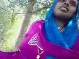 Punjabi aunty giving käsitöö sisse the park