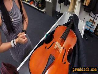 สมัครเล่น ผู้หญิงสวย sells เธอ cello และ pounded ใน the ห้องข้างหลัง
