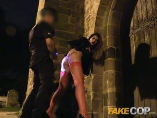 Fake agent de graveyard shift anaal seks met een roemeens vampier