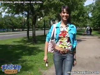Heet guy picks omhoog babe en fucks haar in de mond en poesje video-