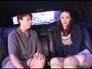 Adolescente hitchhiker enjoying trío sexo
