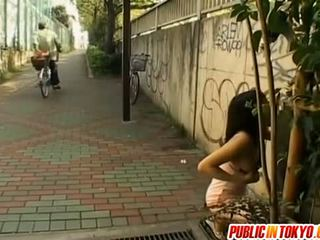 Asiatique modèle gros seins sucks bite sur rue