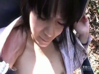 Aziatisch meisje geneukt hard in de tuin