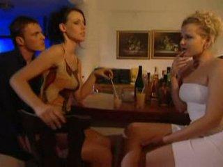 Jāšanās meitene aiz the bārs kamēr viņa talks ar draugs