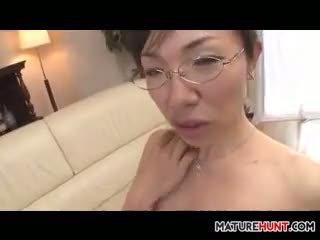 Reif asiatisch frau lutschen auf ein schwanz