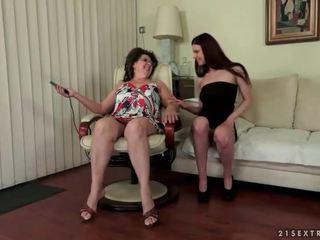 Nonnina e giovanissima enjoying caldi sesso