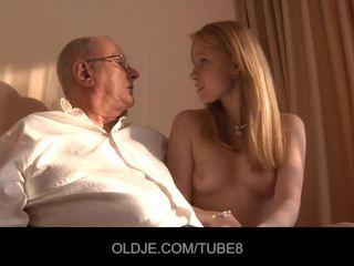 חרמן ג'ינג'ית נערה gets a סקס מכירה מן an oldje