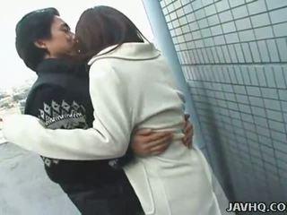 Kuum jaapani teismeline exhibs ja gets perses õues