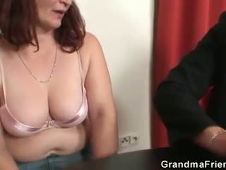 Viņa loses uz pokers un takes two dicks pie reiz