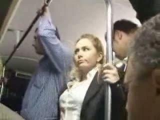 섹시한 금발의 소녀 학대 에 버스