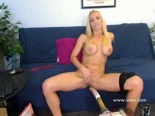 Krūtainas blondīne pornozvaigzne britney veicināt dzīvot sekss mach
