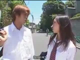 Skolniece uz the pilsēta ka likt par a uniforma daļa 1 karstās aziāti (japanese) tīņi