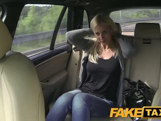 Fake taxi büyük tüysüz ve büyük curvy vücut sucks floppi göğüsler