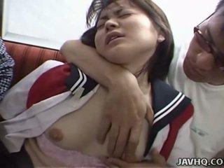 Giapponese giovanissima in scuola uniforme has trio
