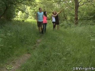18 virgin pieprzenie jest dumny do obecny ty z the piękny sindy i jej pal ssanie i bonking w the woods
