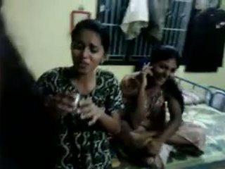 North indieši meitenes mēģināt līdz dzēriens alus uz viņu saimnieks