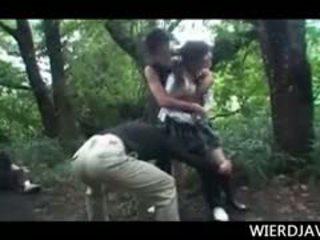 Jap boneca em escola uniforme raped e abusada em ao ar livre