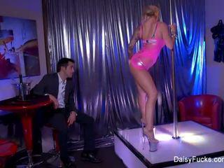 Seks stripper decides da dati ji customers an extra lap dance