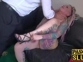 Rondborstig inked babe dominated en fed met groot piemel: porno 75