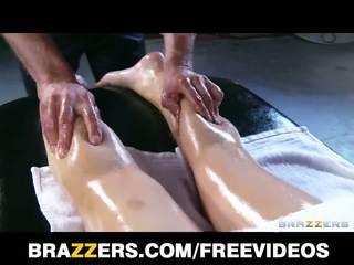 Abbey brooks gets berminyak naik & rubbed turun oleh dia masseur