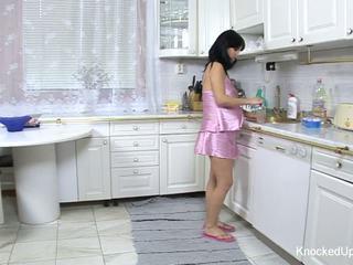 Pen & gravid babe fucks i den kjøkken