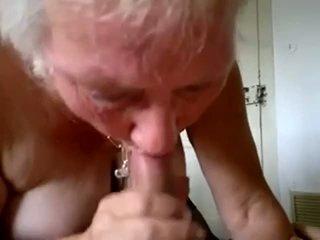 Babičky sát mladý kohout a dostat připojenými opčními v ústa