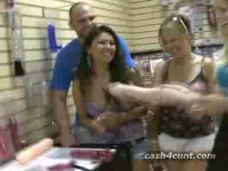 Uang tunai offered untuk membeli alat kemaluan wanita di dewasa mainan toko
