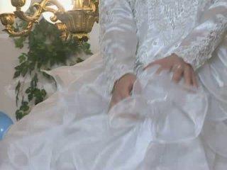 Καυτά νύφη gets πατήσαμε σε γάμος φόρεμα