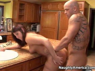 Літня has thang onto кухня counter