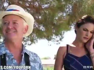 Nghịch ngợm gian lận vợ sneaks off từ một bên đến đi chơi một big-dick