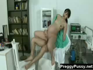 Geil brunette zwanger gets haar twat geneukt door haar doc