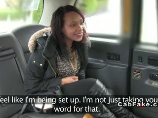 Brits ebony aarslikken en neuken in fake taxi