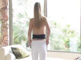 Danielle acquires undressed 然後 uses 她的 玩具 上 她的 陰道