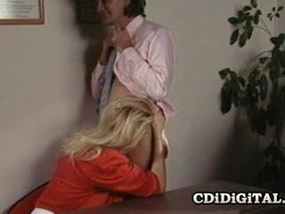 Lynn lemay kantor sekretaris kacau oleh coworker