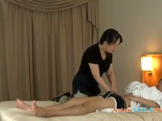 Mature asiatique femme massaging une lads poilu bite