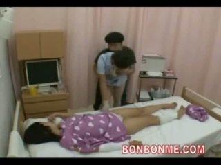 Enfermera paja en frente de esposa 01