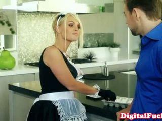 Blondīne francūzieši istabene drooling par viņa dzimumloceklis