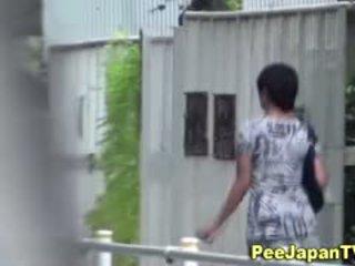 Japanska hottie pisses outdoors