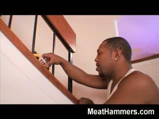 Nakal gadis undresses turun dan gets destroyed oleh yang besar perempuan hitam shaft pada yang stairs