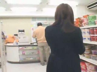 Rondborstig japans hitomi tanaka has seks in de winkel