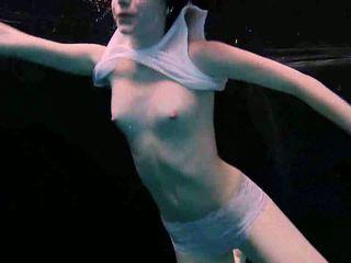 Zem ūdens plastiskās gymnastic