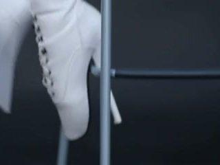 Modell i latex kattedrakt og ballet støvler.