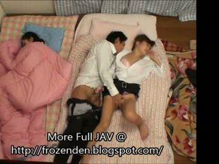 Trying a mantener quiet mientras follando durmiendo step-daughters