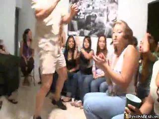Videot of tytöt giving suullinen seksi