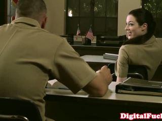 Bonita militar miúda stoya escritório demands oral a partir de privado