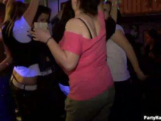 Yong 女の子 ファック ハード 後に dance
