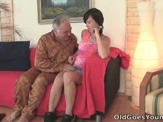 Natalia gets onto αυτήν boyfriend και ο γριά άνθρωπος με ο μεγάλο gut